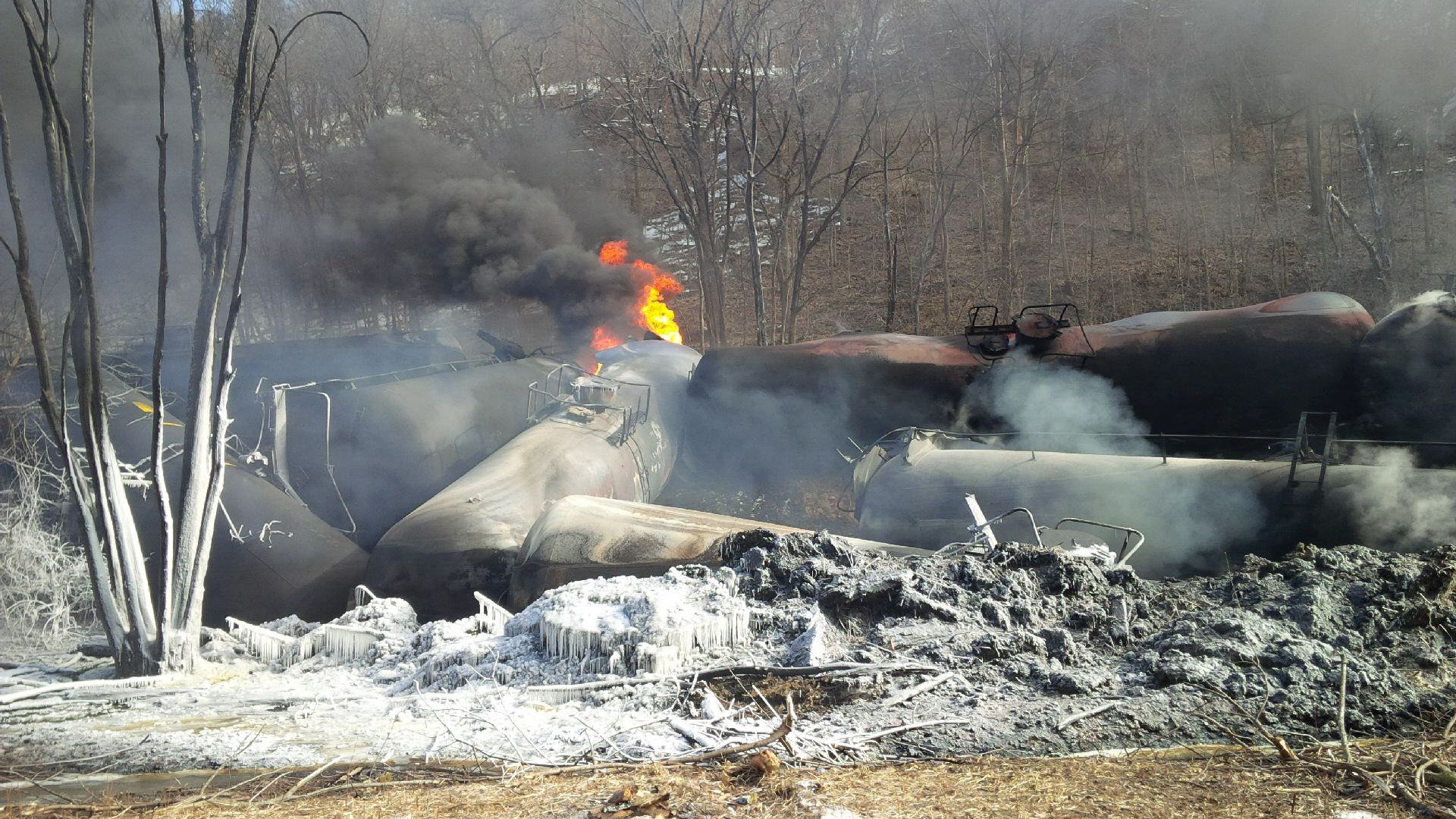 Fiery oil train wreck, Galena, IL