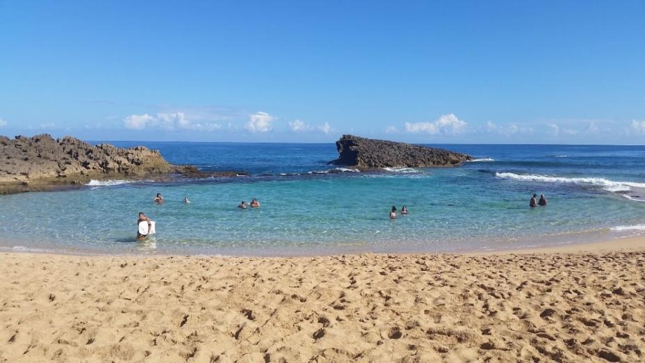 gente en la playa en Puerto Rico