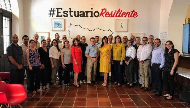 Administrador regional con un grupo de personas en Puerto Rico